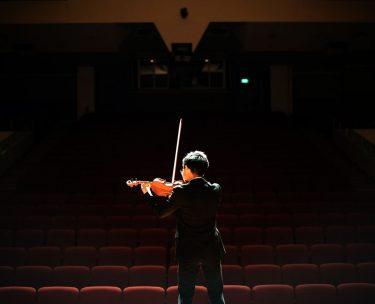 バイオリンやピアノの発表会のドレスはどう選ぶ?衣装選びあれこれ