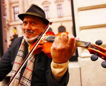 ヴァイオリニストがユラユラ揺れながらバイオリンを演奏する理由