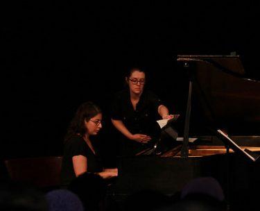 バイオリン演奏会のピアノ伴奏者の横に座っている人は誰?楽譜めくるだけ?
